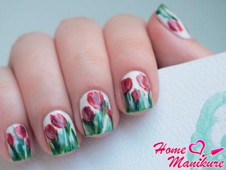 рисунок тюльпанов на белых ногтях