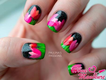 яркие тюльпаны на черных ногтях