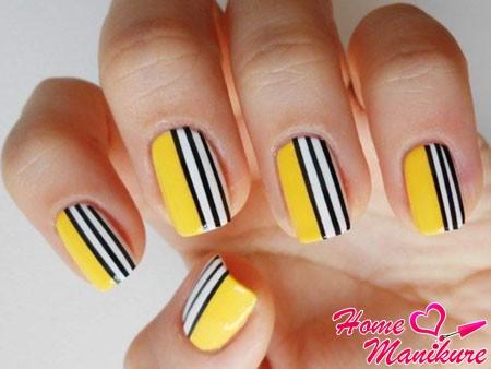 желтый дизайн с черно-белыми полосками