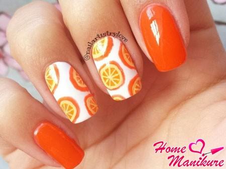 апельсины на белых ногтях