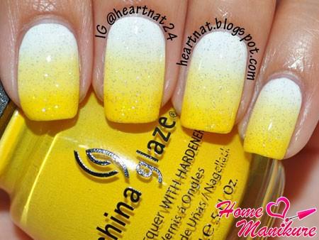 бело-желтый маникюр омбре