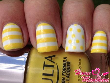 бело-желтый маникюр с точками и полосками