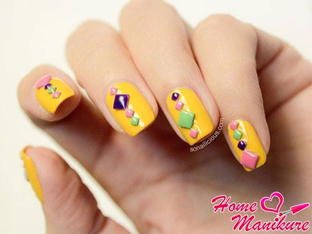 цветные стразы на желтых ногтях