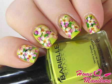 цветы на светло-зеленых ногтях