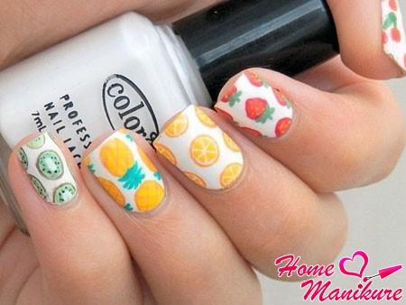 фрукты на белых ногтях