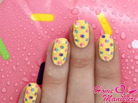 разноцветные капли на лимонных ногтях