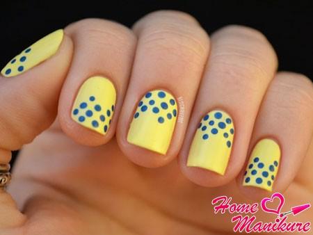 синие точки на светло-желтых ногтях
