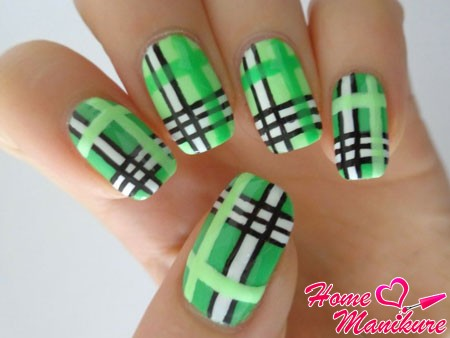 зеленая клетка на ногтях